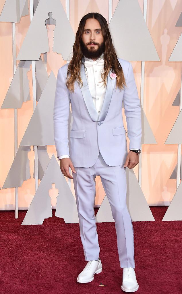 Khác với các ngôi sao khác, nam ca sĩ Jared Leto tự tin chọn cho mình bộ vest màu tím nhạt với bông hoa nhỏ đính trên ngực.