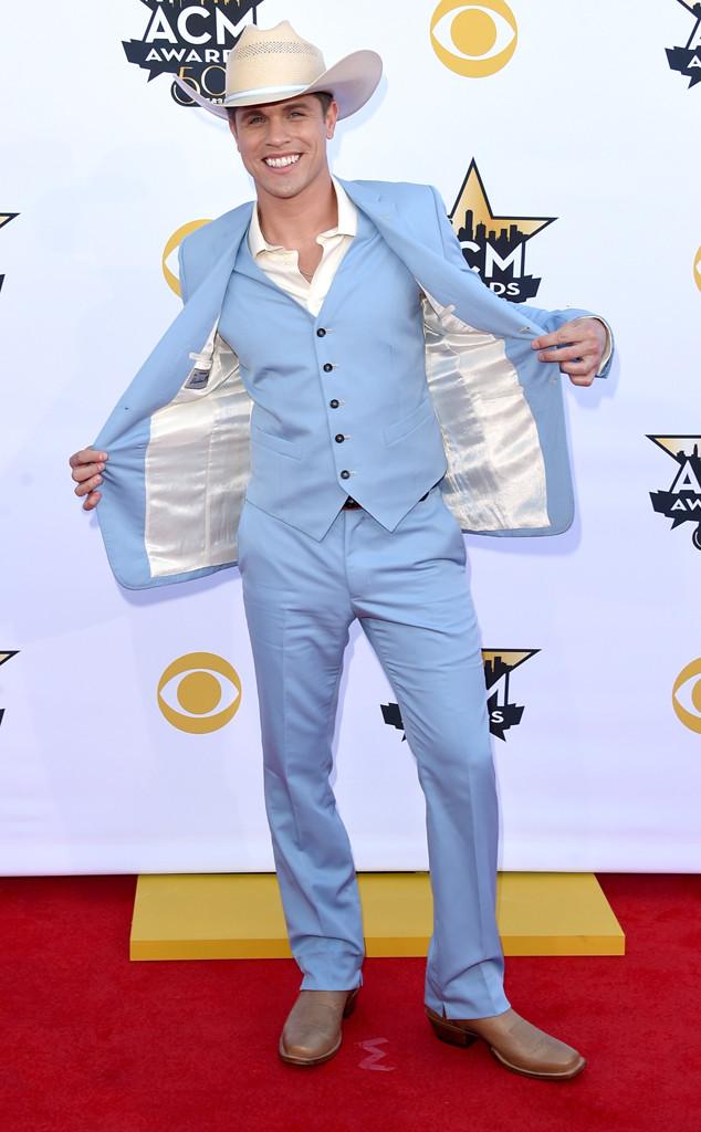 Chàng cao bồi Dustin Lynch trong trang phục xanh trẻ trung