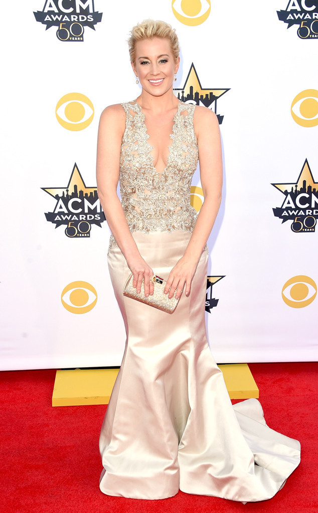 Khoác lên mình một chiếc váy màu nude theo phong cách cô dâu, Kellie Pickler - thí sinh American Idol mùa thứ 5 - gây ấn tượng bởi vẻ đẹp nữ tính và ngọt ngào