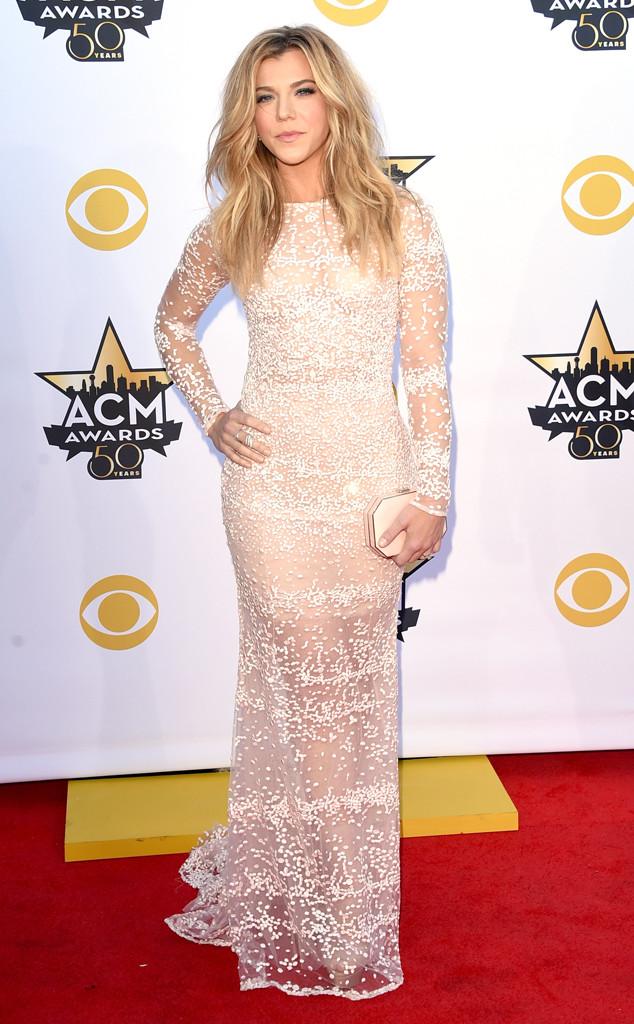 Nữ ca sĩ Kimberly Perry thu hút mọi ánh nhìn trong bộ váy dài với chất liệu sheer nữ tính, sang trọng kết hợp cùng clutch ton sur ton