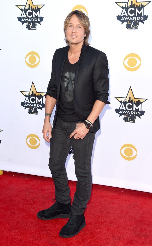 Khác với các lễ trao giải trước, Keith Urban lẻ bóng trên thảm đỏ ACM Awards 2015 mà không có sự tham dự của cô vợ xinh đẹp Nicole Kidman