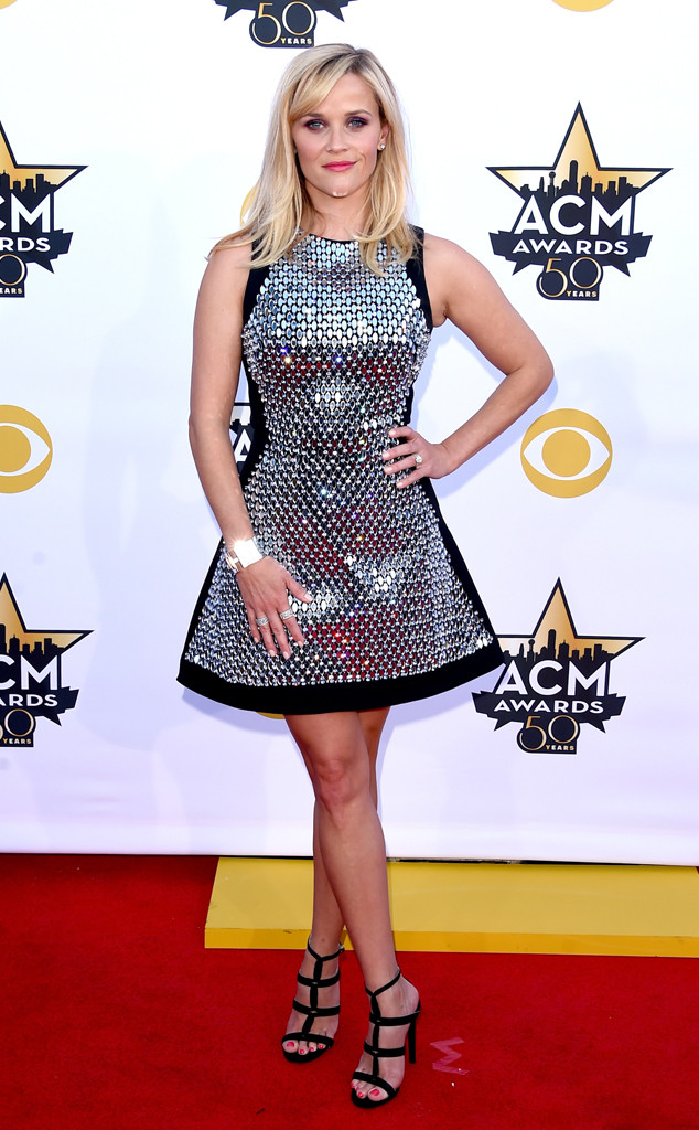 Reese Witherspoon nổi bật trên thảm đỏ với bộ váy ánh bạc thời thượng