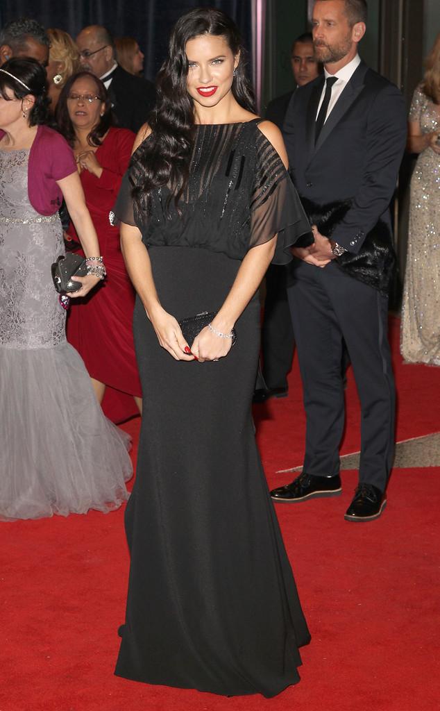 Thiên thần Victorias Secret - Adriana Lima - dường như đã tăng lên vài cân khi diện bộ trang phục triệt tiêu hết đường cong này