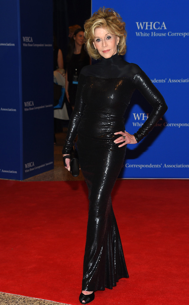 Cũng vẫn với tông màu đen nhưng bộ đầm của Jane Fonda lại mang đến một phong cách khác: mạnh mẽ và thời thượng