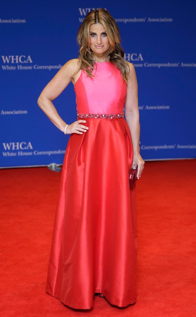 Người thể hiện hit khủng Let it go - Idina Menzel tới dự bữa tiệc White House Correspondents Dinner trong trang phục hai tông màu ấn tượng