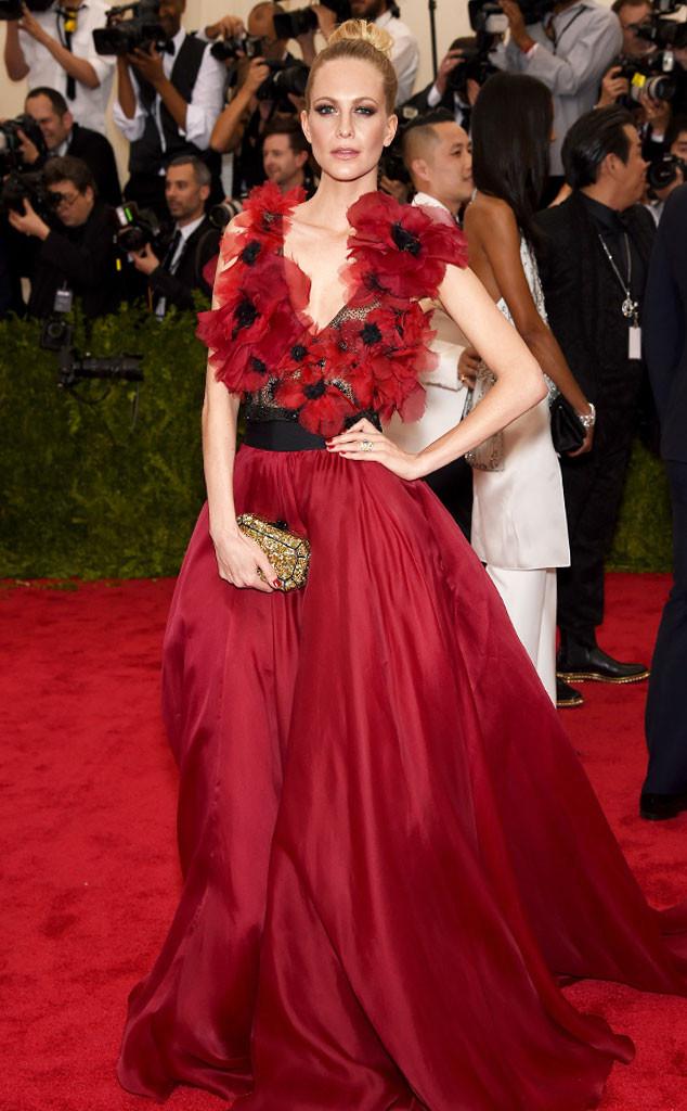 Chị gái của siêu mẫu Cara Delevingne - Poppy Delevingne mang cả rừng hoa lên thảm đỏ với bộ váy tuyệt đẹp màu đỏ này