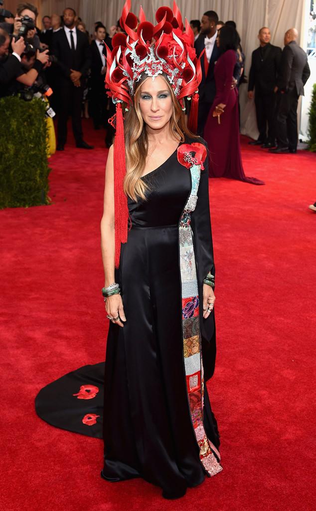 Nữ diễn viên Sex and the City Sarah Jessica Parker diện trang phục không đụng hàng trên thảm đỏ Met Gala 2015. Nhiều người cho rằng bộ trang phục của cô được lấy ý tưởng từ Nữ thần lửa trong truyền thuyết.