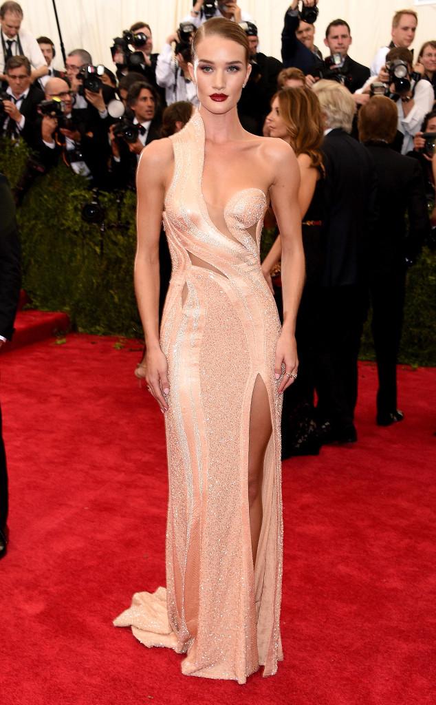 Những đường cong tuyệt mỹ của siêu mẫu Rosie Huntington trở nên nổi bật hơn khi cô diện bộ váy màu nude gợi cảm của Versace Atelier.