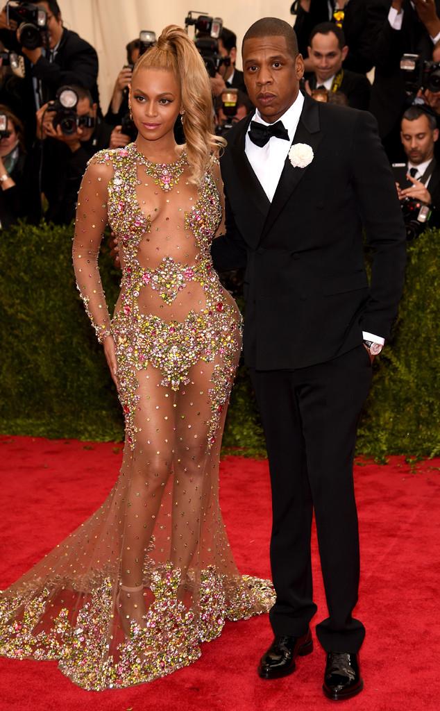 Vợ chồng Beyonce - JayZ trở thành tâm điểm của ống kính ngay khi vừa bước chân lên thảm đỏ. Nữ ca sĩ Single Lady diện bộ trang phục xuyên thống với hàng nghìn viên đá lấp lánh của Givenchy. Trong khi đó, chồng cô - JayZ - điềm đạm hơn với bộ vest đen truyền thống.