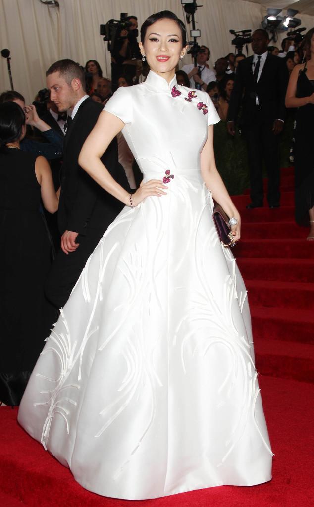 Chương Tử Di hóa thân thành nàng Bạch Tuyết phiên bản châu Á với bộ váy trắng tinh khôi lấy cảm hứng từ chiếc váy sườn xám truyền thống.