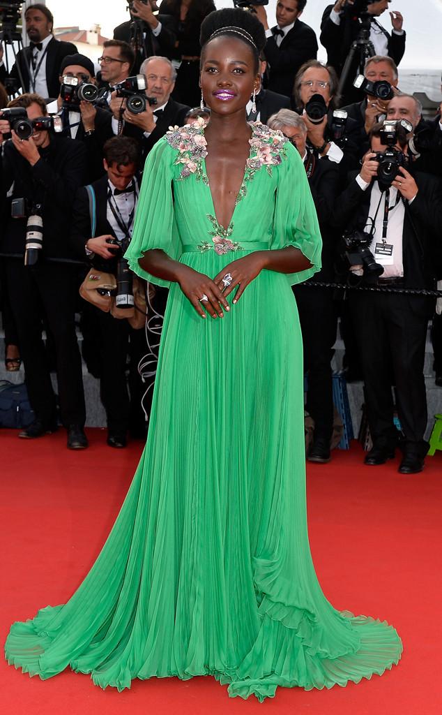 Lupita NyongO ghi điểm tuyệt đối với bộ váy xanh quyến rũ của Gucci kết hợp với kiểu tóc búi cao sang trọng