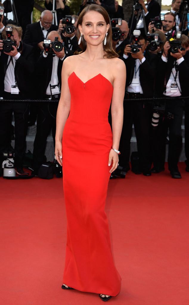 Đơn giản và quý phái, đó là những từ có thể dùng để miêu tả về chiếc váy cũng như vẻ đẹp của thiên nga đen Natalie Portman tại buổi lễ