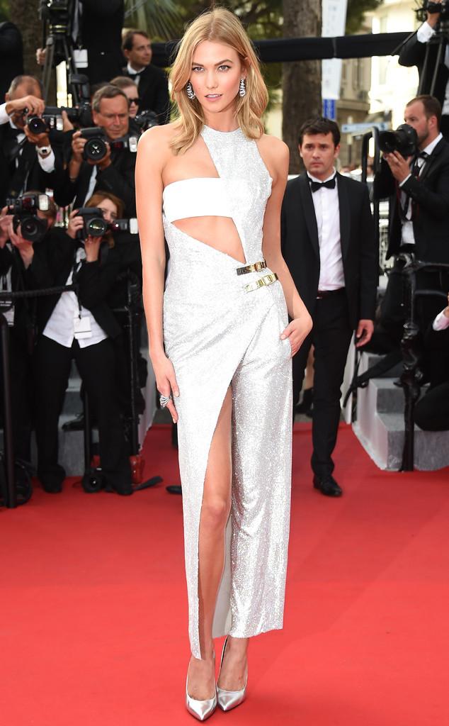 Không hề kém cạnh người đồng nghiệp, Karlie Kloss - người mới tuyên bố giã từ sàn diễn Victorias Secret - cũng chọn cho mình một bộ cánh với những đường xẻ sâu gợi cảm