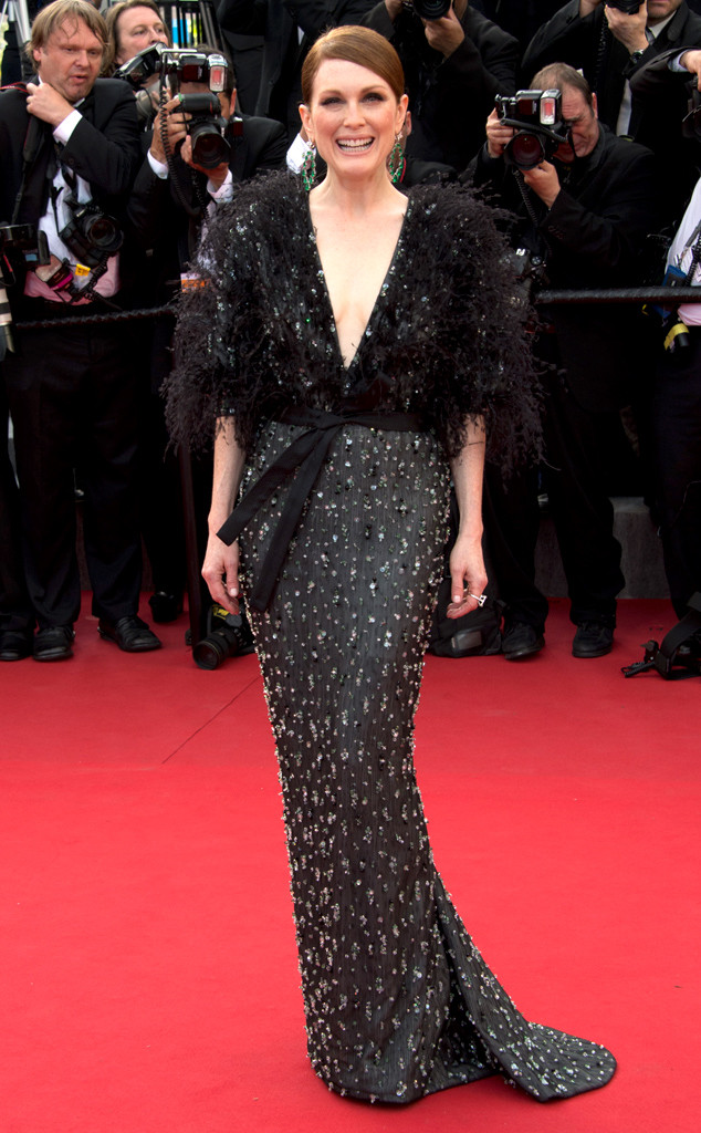 Vẻ đẹp ngọt ngào và nụ cười rạng rỡ của Julianne Moore khiến cô thêm phần nổi bật trên thảm đỏ, đặc biệt là khi khoác lên mình bộ váy đen ấn tượng của Armani Privé