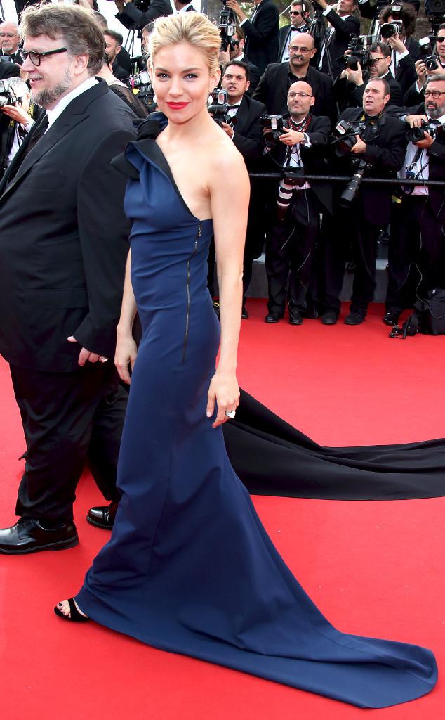 Nữ diễn viên Sienna Miller - một thành viên trong hội đồng BGK LHP Cannes 2015 - đằm thắm và kiêu sa trong bộ váy màu xanh navy của Lanvin