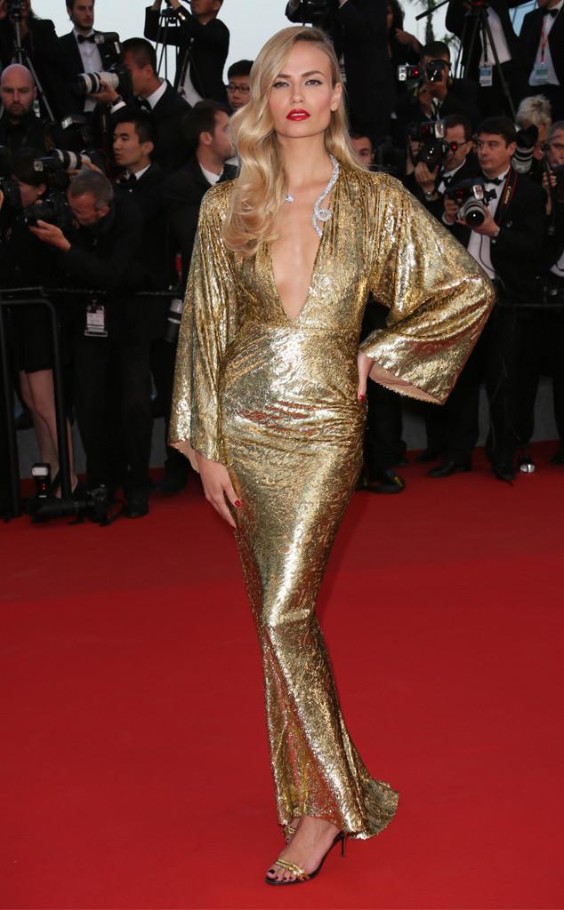 Dù năm nay, gam màu ánh vàng lên ngôi trên sàn diễn thời trang, song, chiếc váy với tay áo dài của người mẫu Natasha Poly lại khá lỗi mốt.