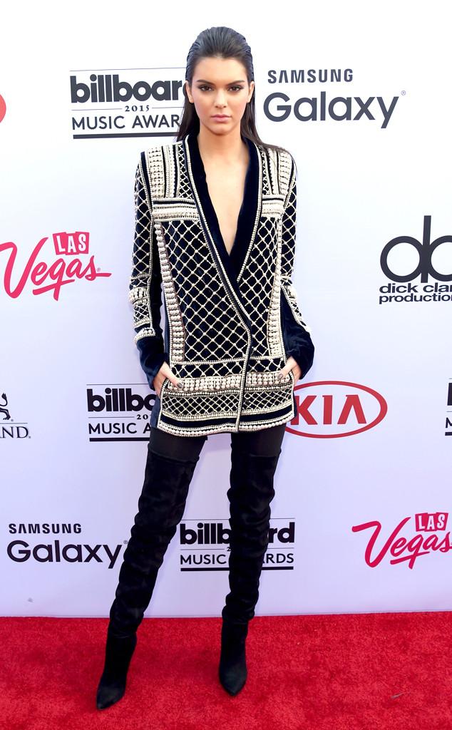 Cũng lựa chọn một thiết kế của Balmain, song, cô chị Kendall Jenner lại mang đến thảm đỏ Billboard Music Awards 2015 một phong cách kín đáo hơn.