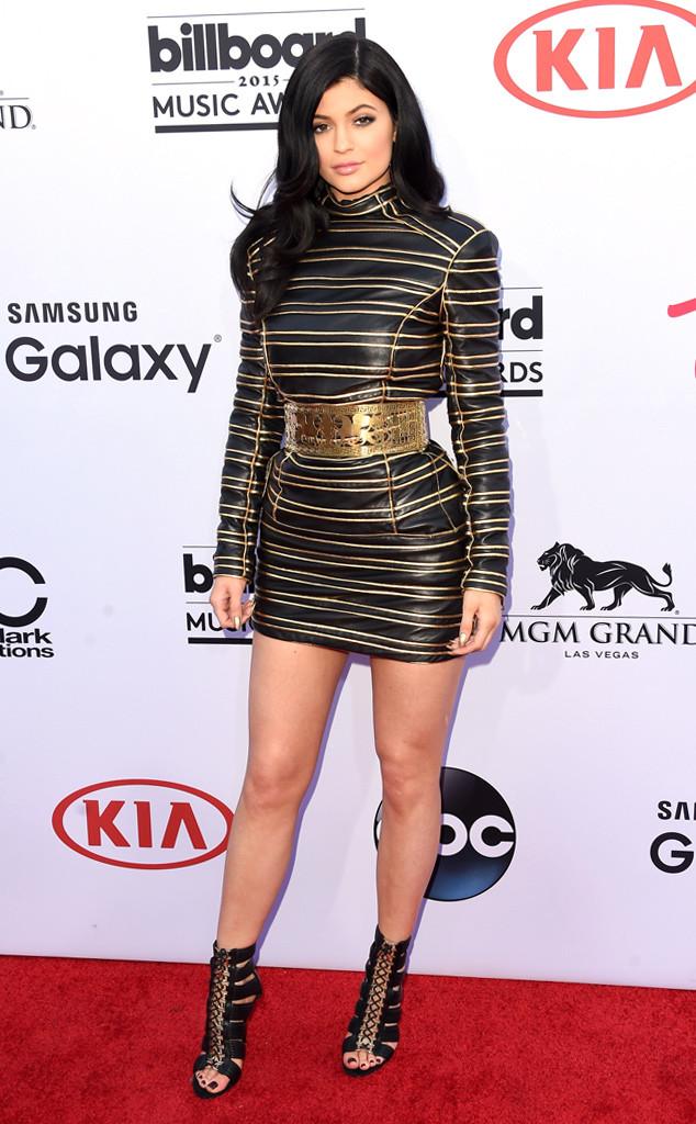 Kylie Jenner - cô em út của Kim siêu vòng ba kết hợp bộ váy cá tính của Balmain với đôi giầy theo phong cách chiến binh.