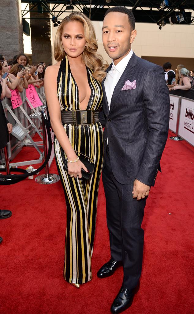 Cặp đôi John Legend - Chrissy Teigen tình tứ trên thảm đỏ.