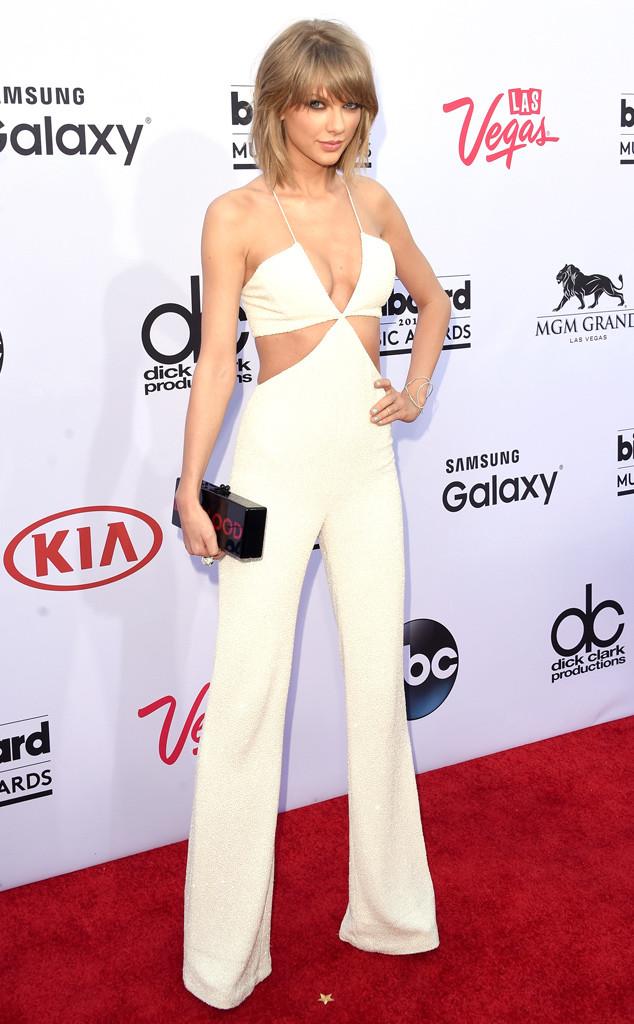 Thân hình mảnh mai cùng những đường cong cơ thể được Taylor Swift khoe triệt để trong bộ jumpsuit này.