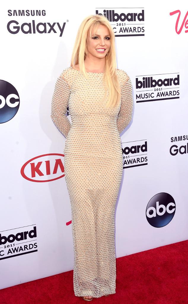 Britney Spears khiến nhiều người ngỡ ngàng với bộ cánh kín cổng cao tường, khác hẳn với phong cách thời trang gợi cảm quen thuộc.