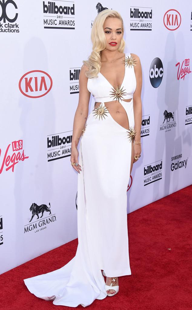 Rita Ora - biểu tượng mới của làng thời trang thế giới - gây ấn tượng với bộ váy trắng điểm xuyết những họa tiết hình mặt trời rực rỡ.