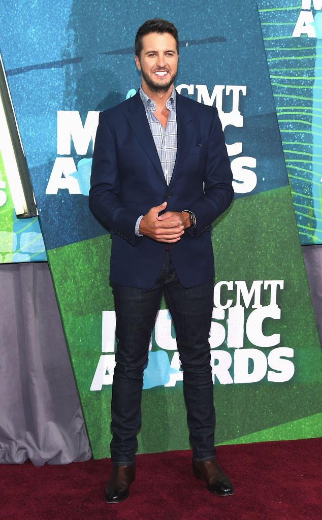 Luke Bryan - người giật giải Nghệ sĩ của năm tại CMA 2014 - bảnh bao khi kết hợp áo vest và quần jeans