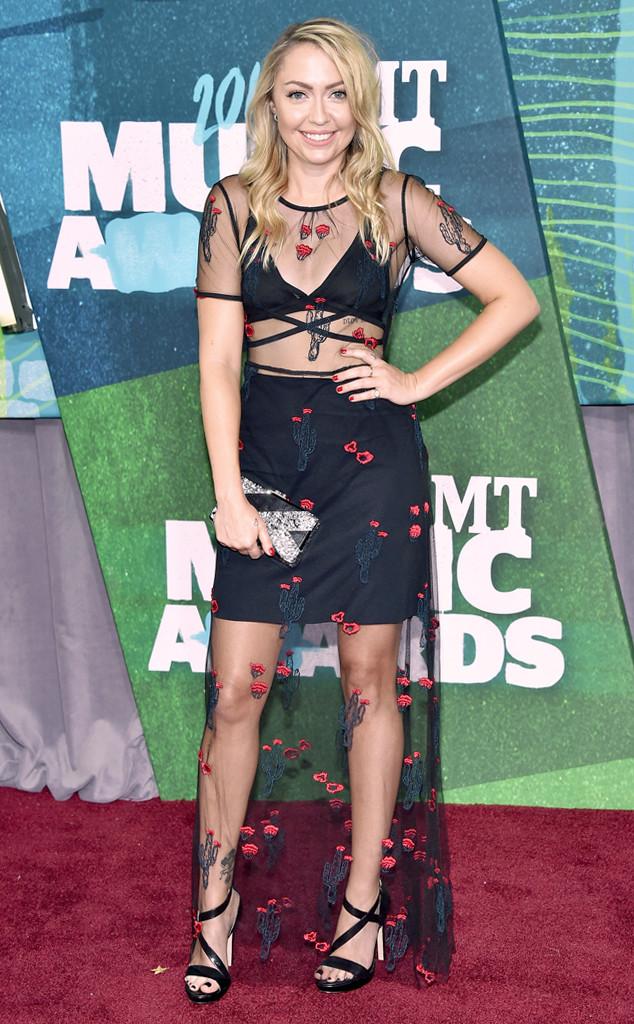 Cũng theo đuổi hình tượng sexy, nổi loạn như cô chị Miley Cyrus, tuy nhiên, Brandi Cyrus lại khiến nhiều người ngỡ ngàng khi xuất hiện với diện mạo thậm chí còn già hơn cả chị mình