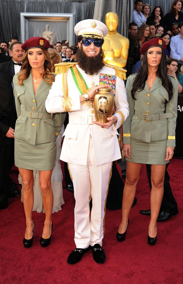 Nam diễn viên Nhà độc tài Sacha Baron Kohen bê luôn phục trang trong phim lên thảm đỏ lễ trao giải Oscar 2012