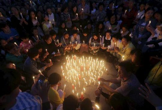 Hơn 10.000 người thắp nến cầu nguyện cho các nạn nhân (ảnh: Reuters)