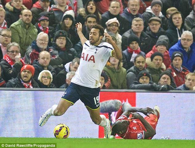 Khán giả nhà trên sân Anfield cũng lấy làm ngán ngẩm trước pha cản phá này của Sakho.