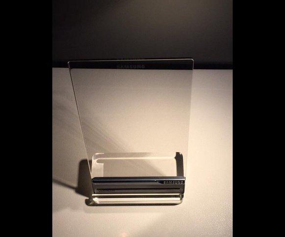 Sản phẩm sở hữu màn hình trong suốt 6,9 inch, hiển thị hình ảnh 3D, tích hợp tính năng bảo mật nhận dạng vân tay