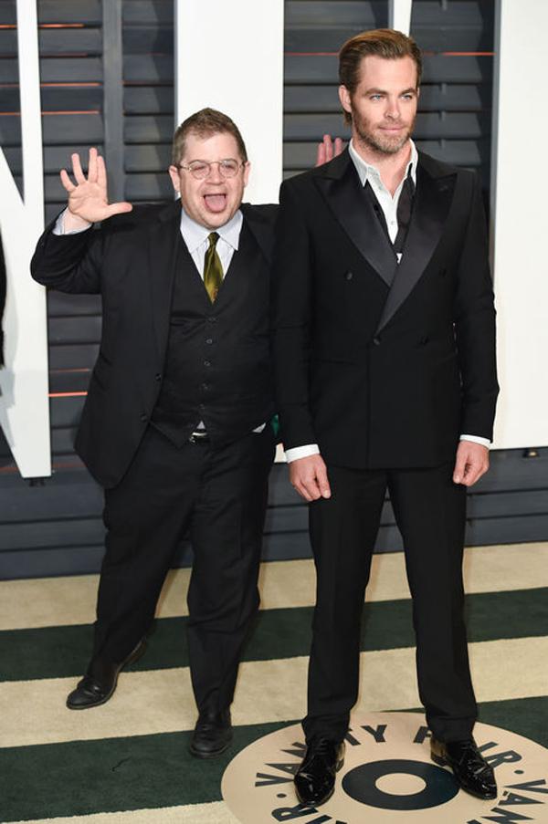 Diễn viên hài Patton Oswalt chen chân vào bức ảnh chụp của Chris Pine với dáng vẻ hài hước.