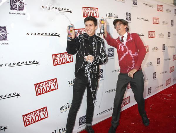 Hai nam diễn viên - Nat Wolff và Nate Hartley khuấy động buổi ra mắt bộ phim Behaving Badly bằng những bình xịt dùng cho tiệc tùng.