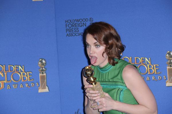 Cách ăn mừng kỳ cục của Ruth Wilson khi giành được giải thưởng Quả Cầu Vàng.