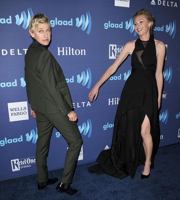 Dáng chụp ảnh của Ellen DeGeneres khiến Portia de Rossi bật cười.