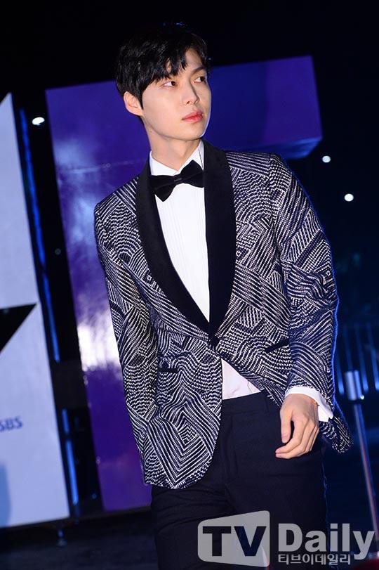 Chiếc áo vest của Ahn Jae Hyunvới họa tiết rắc rối khiến người nhìn dễ bị hoa mắt.