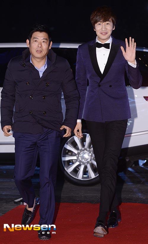 Nam diễn viên Sung Dong Il (trái) thì lại quá xuềnh xoàng khi đến dự một Lễ trao giải.