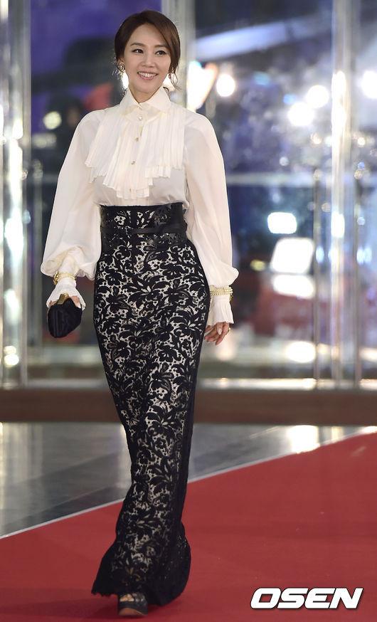 Bộ váy này khiến Oh Hyun Kyung trông già hơn rất nhiều.