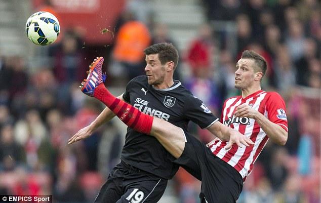 Schneiderlin (sọc đỏ) mơ tới Man Utd trong Hè này.