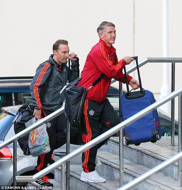 Tân binh Schweinsteiger mang theo hành lí khá gọn nhẹ. Cựu tiền vệ của Bayern hòa nhập tốt với đội bóng mới.