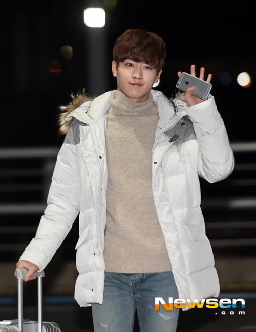 Seo Kang Joong ấm áp trong trang phục áo cổ lọ kết hợp với áo phao sáng màu