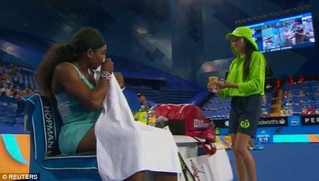 Nhân viên nhặt bóng mang ly cafe cho Serena trong giờ nghỉ giữa trận.