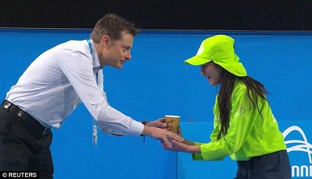 Trọng tài Andreas Egli đáp ứng yêu cầu xin cafe của Serena.