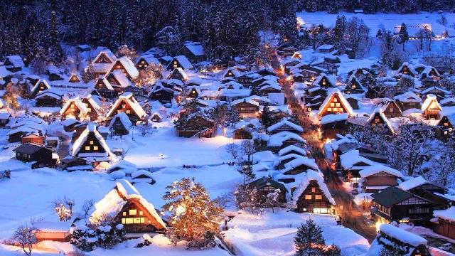 Làng Shirakawa-go trong tuyết trắng. (Ảnh: World Wide Tour)