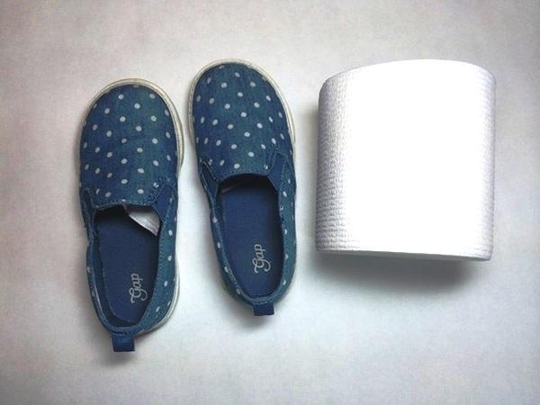 Nhét đầy giấy vào mũi giày người khác.