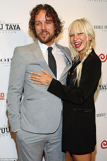 Sia khoe nhẫn cưới bên chồng. (Ảnh: Daily Mail)