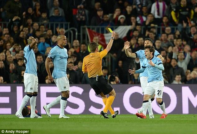 Trọng tài Gianluca Rocchi cũng chỉ rút thẻ vàng với Silva trong tình huống phạm lỗi ở tốc độ cao ngay trước vòng cấm.