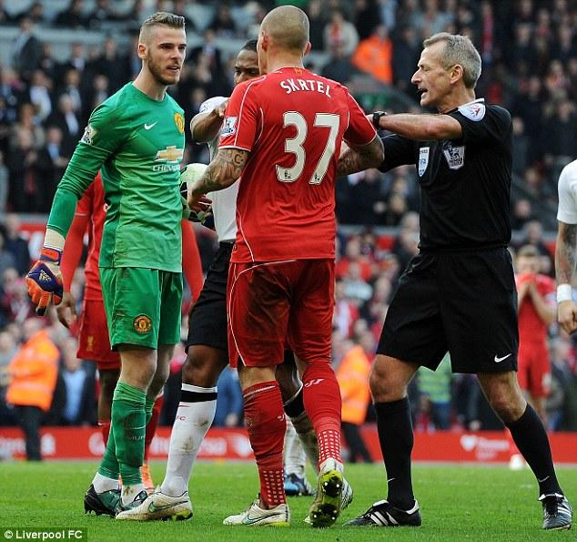 Thủ thành của Man Utd tỏ ra hết sức bất bình với hành động của Skrtel.