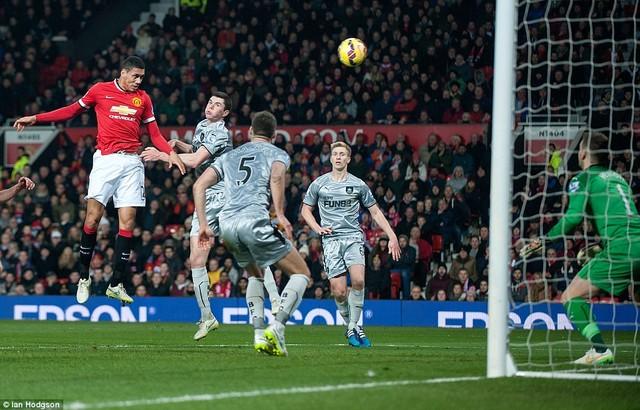 Smalling bật cao ghi bàn vào lưới Burnley.